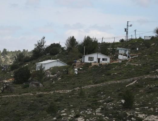 مستوطنون يشرعون بإقامة بؤرة استيطانية شمال رام الله المحتلة