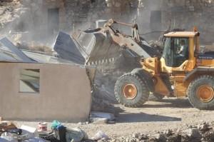 العدو الاسرائيلي يهدم 3 منازل لفلسطينيين بالخليل