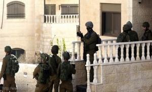 العدو الاسرائيلي يداهم بلدة أمر بالخليل المحتل