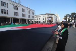 بالصور :  شباب مدينة وجدة المغربية يرفعون أكبر علم فلسطيني في المغرب بطول 30 متراً
